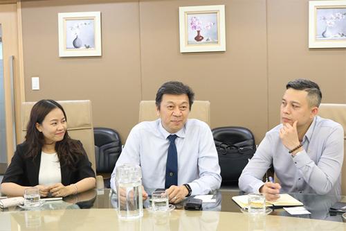 Đoàn đại diện National Geographic Learning, từ trái qua phải gồm có: bà Đỗ Nguyễn Thọ Trang, Giám đốc Quan hệ khách hàng; ông Roy Lee, Giám đốc điều hành, Phó Chủ tịch National Geographic Learning, khu vực châu Á; ông Lương Duy Anh, Giám đốc NGL tại Việt Nam.