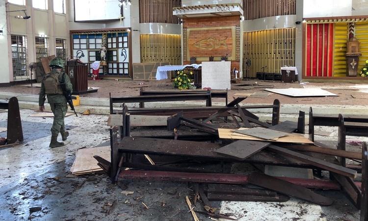 Hiện trường một vụ đánh bom nhà thờ trên đảo Jolo, tây nam Philippines, hồi tháng một. Ảnh: Reuters.