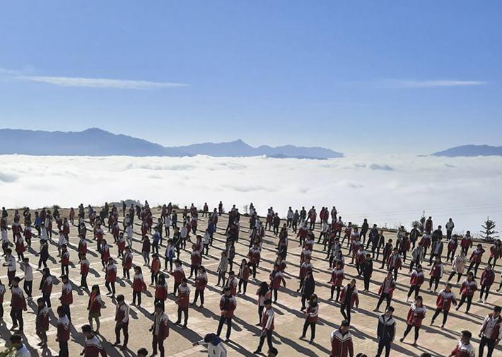 Biển mây quanh sân trường Xín Mần. Ảnh: Triệu Tư