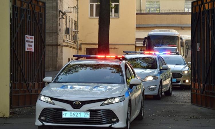 Xe cảnh sát hộ tống xe buýt chở tù nhân Ukraine rời khỏi nhà tù Lefortovo, Moskva, Nga, hôm 7/9. Ảnh: AFP.