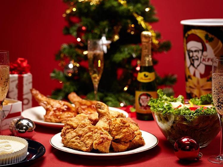 Xô gà rán dành cho Giáng sinh của KFC Nhật Bản gồm salad, gà rán và bánh kem. Ảnh: KFC Japan