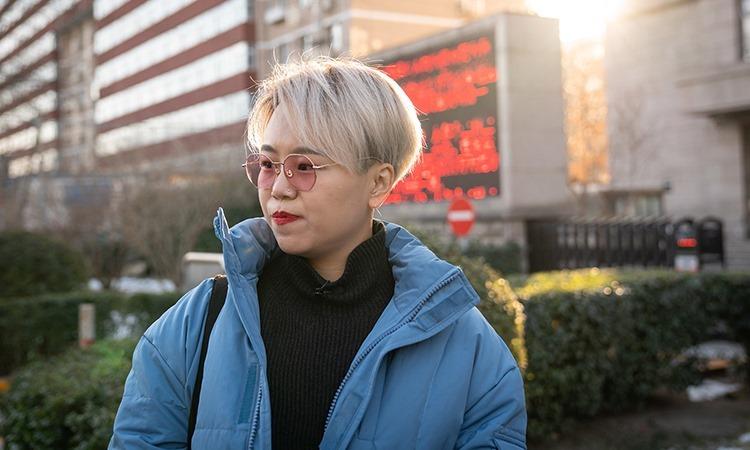Teresa Xu Zaozao đứng bên ngoài Tòa án Nhân dân quận Triều Dương, Bắc Kinh, Trung Quốc, hôm 23/12. Ảnh: NY Times.