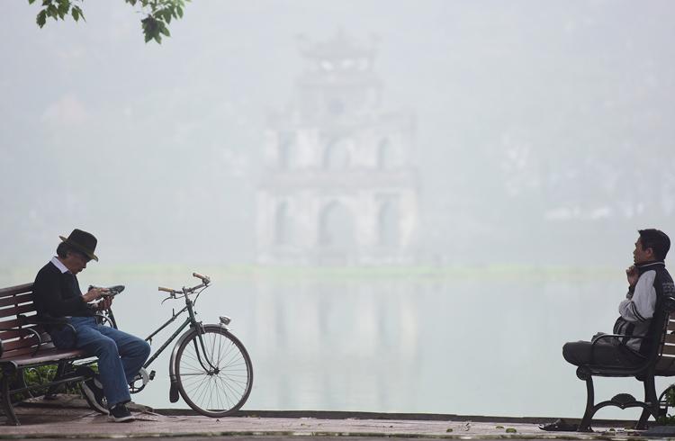 Sáng 24/12, tháp Rùa không thể nhìn rõ do sương mù dày. Ảnh: Giang Huy