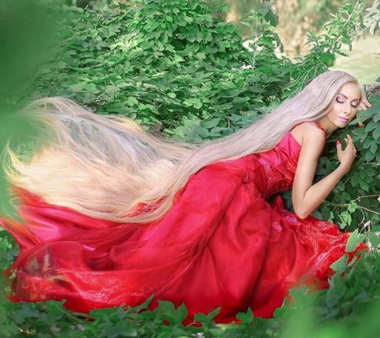Alena được ví như công chúa Rapunzel phiên bản đời thực với mái tóc dài 1,8 mét. Ảnh: Instagram/alenuwka_longhair