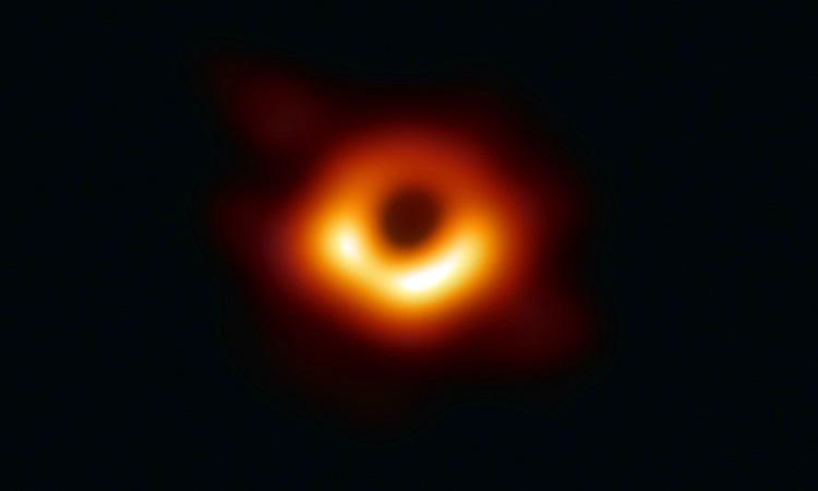 Hố đen ở thiên hà cách Trái Đất 55 triệu năm ánh sáng. Ảnh: EHT