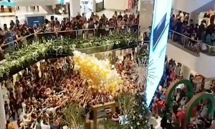 Đám đông người mua sắm chen lấn giành bong bóng thả từ trên cao ở trung tâm thương mại Westfield Parramatta, Sydney, Australia hôm nay. Ảnh: Nine News.