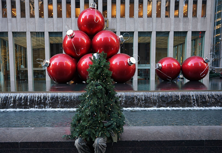 Liberto ngồi ở trung tâm New York trong hình dạng cây thông Giáng sinh hôm 19/12. Ảnh: AFP