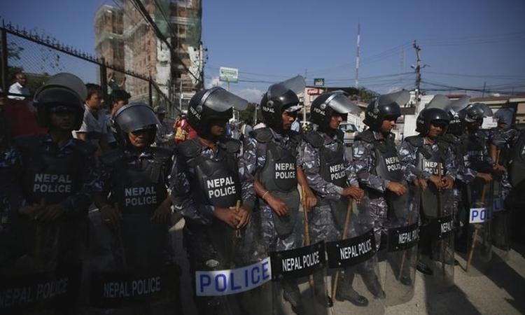 Cảnh sát Nepal thực hiện nhiệm vụ ở thành phố Kathmandu, hôm 30/9/2015. Ảnh: Reuters.