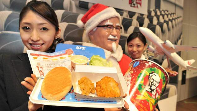 Hãng hàng không Japan Airlines kết hợp với KFC phục vụ món gà rán cho các hành khách bay vào ngày Giáng sinh năm 2012. Ảnh: AFP
