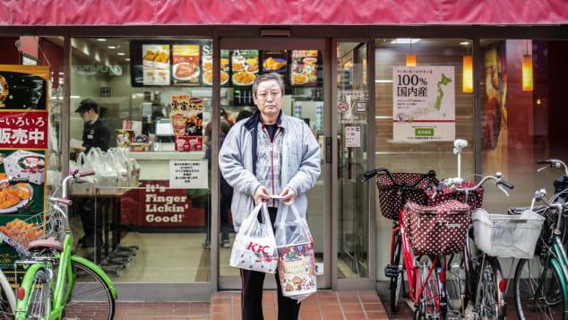 Một người đàn ông mua gà rán cho gia đình vào trước lễ Giáng sinh năm 2015 ở Tokyo. Ảnh: AFP