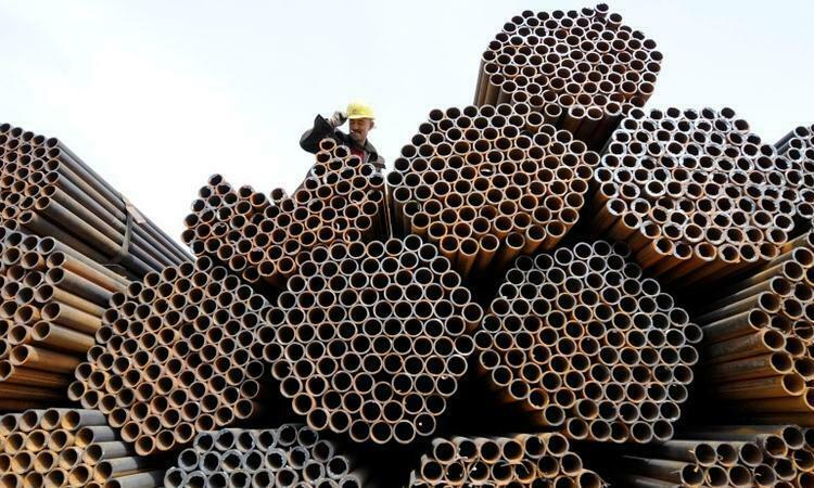 Công nhân làm việc tại kho ống thép ở tỉnh Thiểm Tây, Trung Quốc, tháng 4/2010. Ảnh: Reuters.