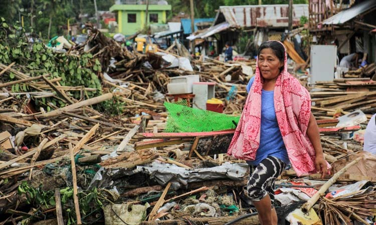 Đống đổ nát tại thành phố Sorsogon, Philippines hôm 3/12 sau khi bão Kammuri đổ bộ. Ảnh: AFP.