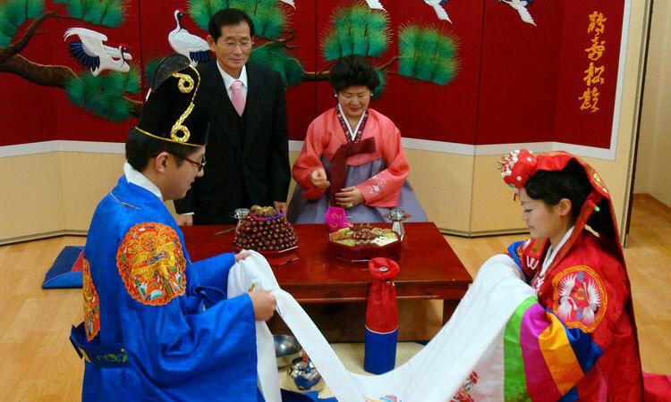 Cô dâu chú rể làm lễ trước mặt bố mẹ trong một lễ cưới truyền thống ở Hàn Quốc. Ảnh: Lovedevani.