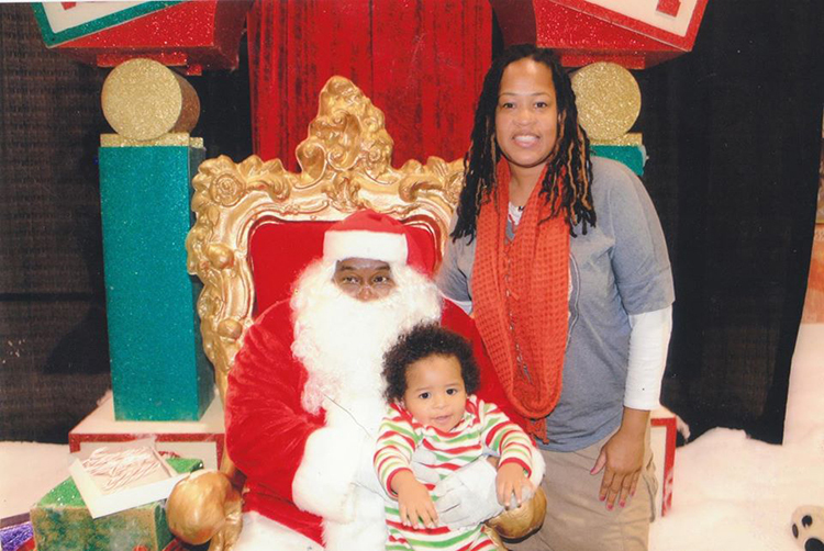 Vivian Walker đã lái xe đưa con trai đến Detroit để gặp ông già Noel da màu đầu tiên trong đời.