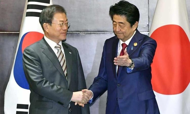 Tổng thống Hàn Quốc Moon Jae-in (trái) và Thủ tướng Nhật Bản Shinzo Abe (phải) tại Thành Đô, Trung Quốc, hôm qua. Ảnh: Reuters.