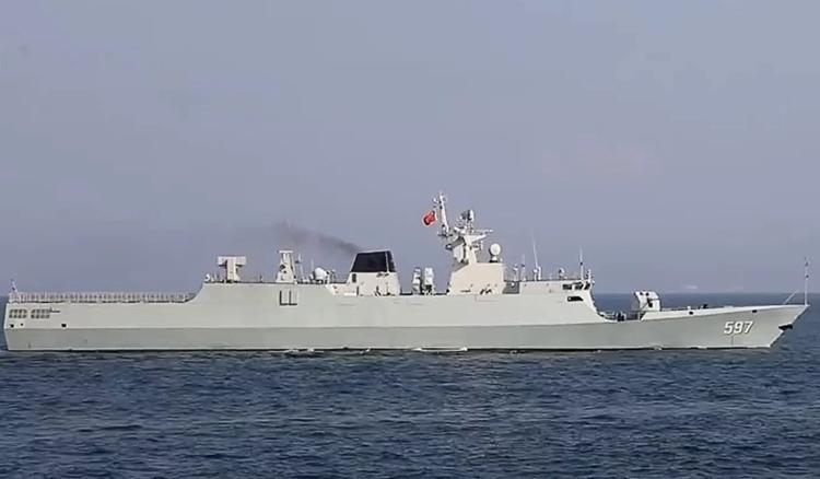 Tàu Qinzhou trong cuộc tập trận ở Biển Đông. Ảnh: CCTV.