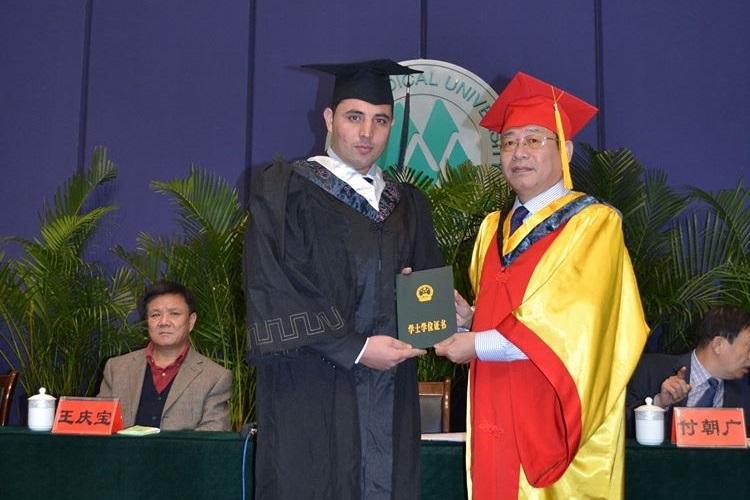 Rohani trong lễ tốt nghiệp tại đại học y Đài Sơn, Trung Quốc. Ảnh: Facebook/Sayed Mirwais Rohani