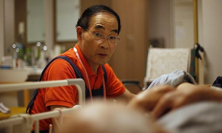 Hiroshi Suzuki, 72 tuổi, làm việc trong một nhà dưỡng lão ở thủ đô Tokyo, Nhật Bản. Ảnh: Bloomberg.