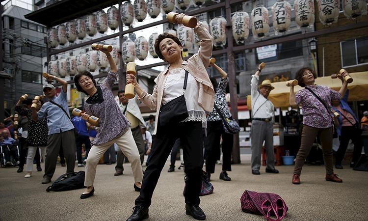 Nhóm người cao tuổi tập thể dục tại một khu phố ở thủ đô Tokyo, Nhật Bản, tháng 9/2017. Ảnh: Reuters.