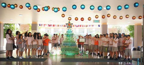 Cây thông Noel được các em học sinh SIS thực hiện từ môn học STEM từ vỏ chai nhựa cùng thông điệp: Hạn chế sử dụng vật liệu từ rác thải nhựa, tích cực bảo vệ môi trường sống xanh sạch đẹp.