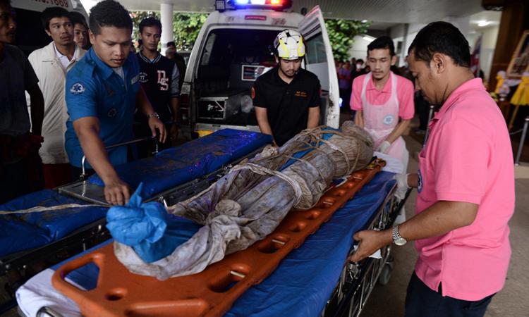 Thi thể một người bị bắn nhầm được đưa tới bệnh viện ở huyện Ra-ngae, tỉnh Narathiwat hôm 17/12. Ảnh: AFP.