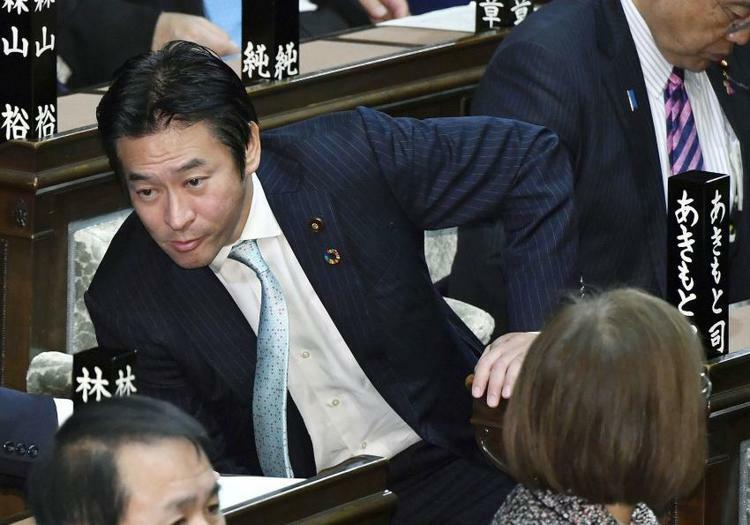 Tsukasa Akimoto, nghị sĩ đảng Tự do Dân chủ Nhật Bản, trong cuộc họp Nội các hôm 9/12. Ảnh: Kyodo.