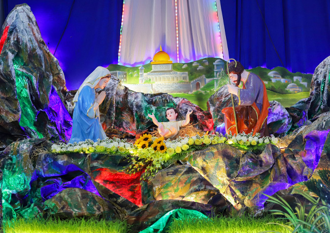 Hang đá là điểm nhấn quan trọng nhất trong trang trí Giáng sinh của người Công giáo. Ảnh: Nguyễn Đông.