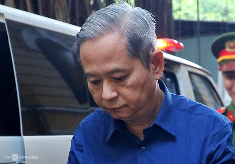 Ông Nguyễn Hữu Tín được đưa đến tòa sáng nay. Ảnh: Hữu Khoa.