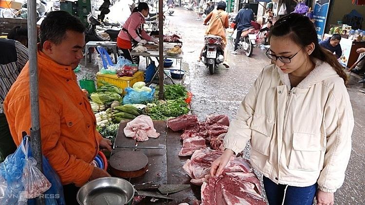 Sinh viên và người có thu nhập thấpgặp nhiều áp lực chi tiêu khi giá thịt lợn tăng cao. Ảnh: LộcChung