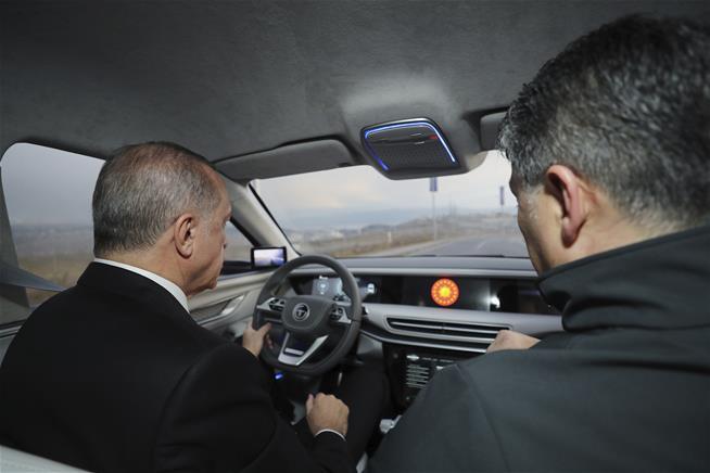 Tổng thống Thổ Nhĩ Kỳ Tayyip Erdogan ngồi sau tay lái của xe TOGG.