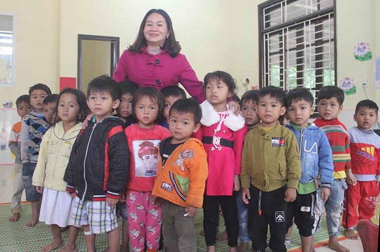 Cô Trung bên các cháu ở điểm trường Kreng do cô hiến đất để xây dựng. Ảnh: Quang Hà