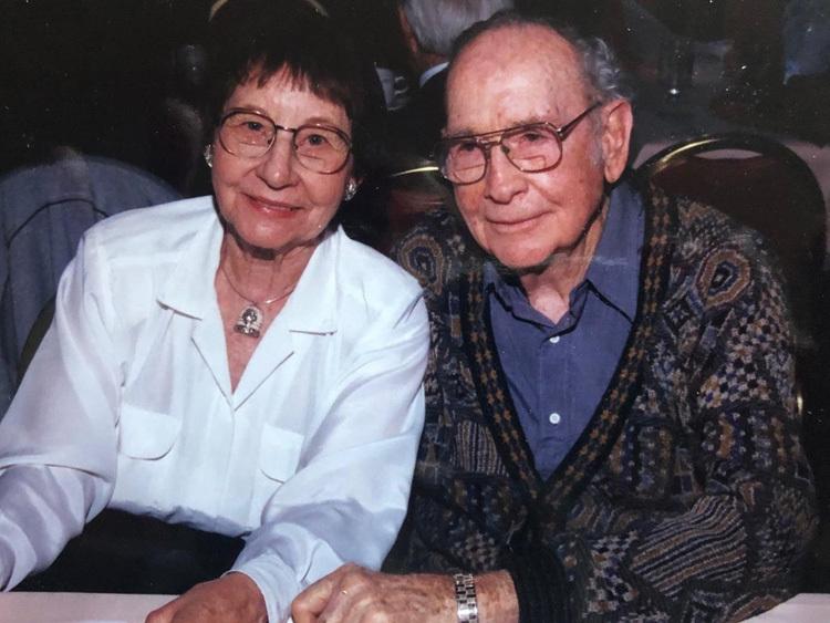 Bà Eva Gordon chụp ảnh cùng chồng, ông Ed Gordon. Ảnh: Bà Eva Gordon chụp ảnh cùng chồng, ông Ed Gordon. Ảnh: John Jacobs