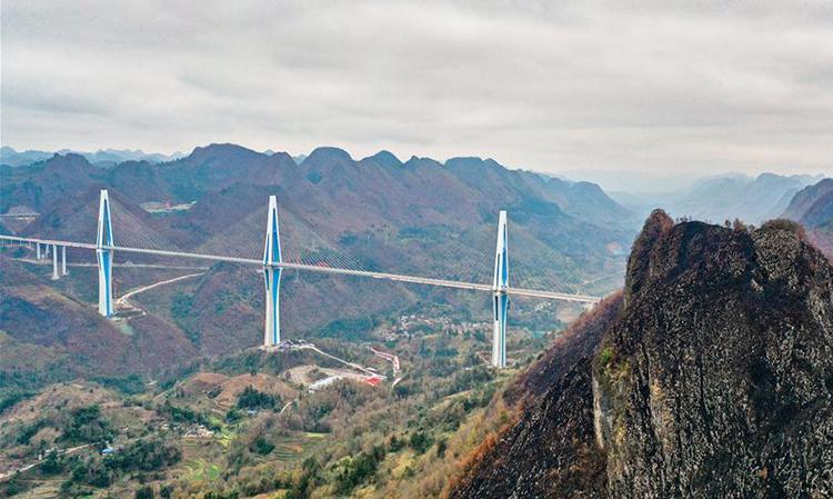 Cầu Pingtang trên thung lũng sông ở tỉnh Quý Châu. Ảnh: Xinhua.