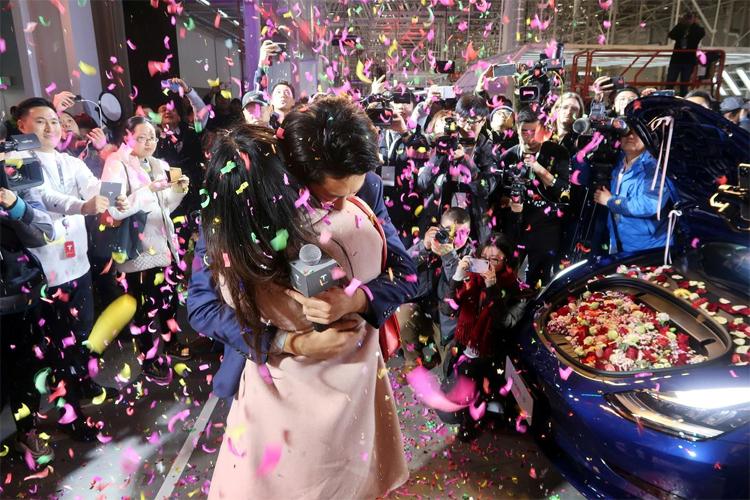Một nhân viên của Tesla cầu hôn bạn gái với một chiếc Model 3 chở đầy hoa tại lễ giao xe ở nhà máy Thượng Hải hôm 30/12. Ảnh: Reuters