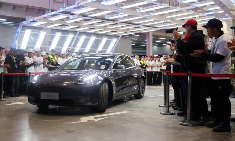 Một chiếc Model 3 sản xuất tại Trung Quốc trong lễ bàn giao xe hôm 30/12 ở nhà máy Thượng Hải. Ảnh: Reuters