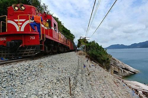 Tàu hỏa chạy qua đoạn đèo Cả (Phú Yên). Ảnh: Anh Duy.