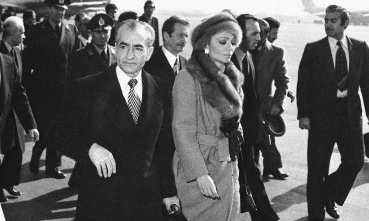 Vua Mohammed Reza Pahlavi và Hoàng hậu Farah rời Iran ngày 17/1/1979. Ảnh: AP.