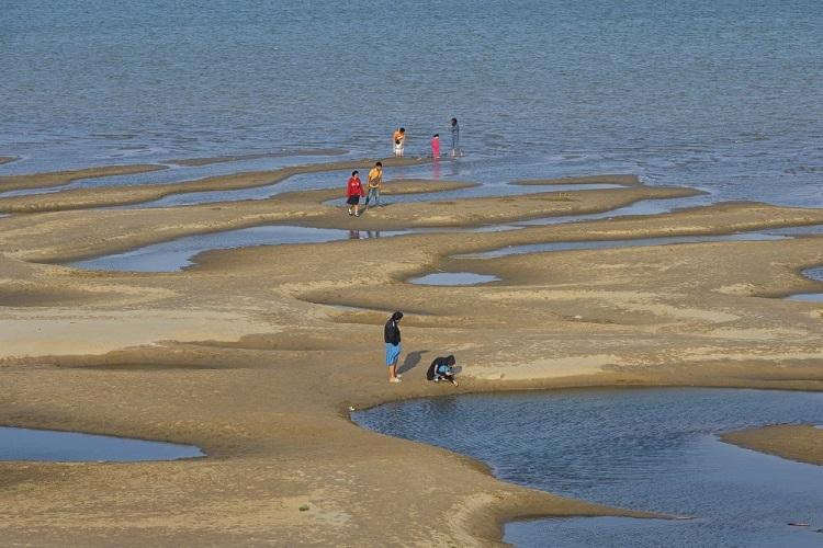 Mực nước sông Mekong ở tỉnh Nakhon Phanom ở mức thấp bất thường hôm 4/12. Ảnh: AP.
