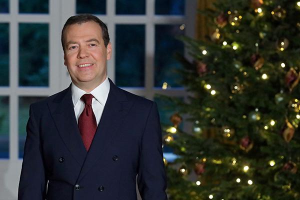 Thủ tướng Nga Dmitry Medvedev gửi lời chào năm mới đến người dân từ dinh thựGorki ở ngoại ô Moskva. Ảnh: Reuters