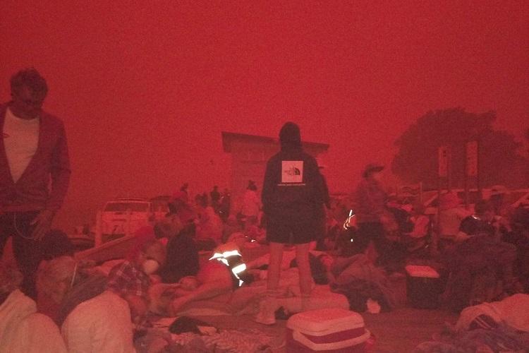 Người dân ở bờ biển Mallacoota lúc 10h30 sáng nay. Ảnh: Twitter/Bluesfestblues.