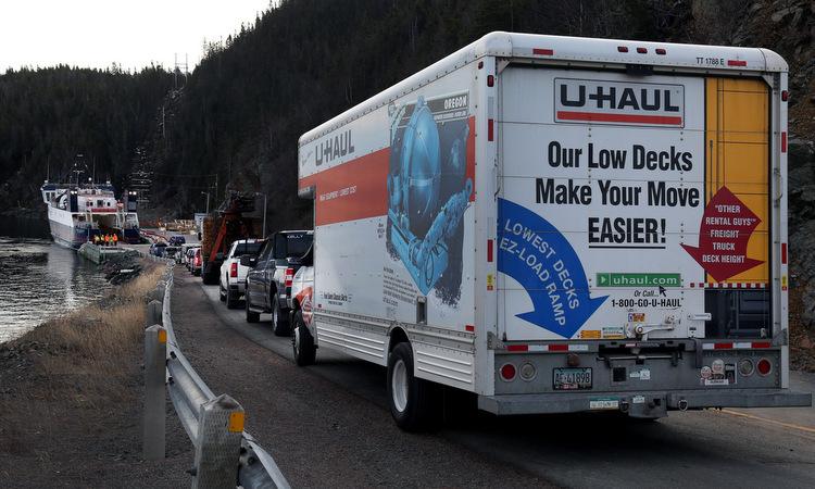 Đoàn xe chở những cư dân cuối cùng rời Little Bay Islands. Ảnh: Washington Post.