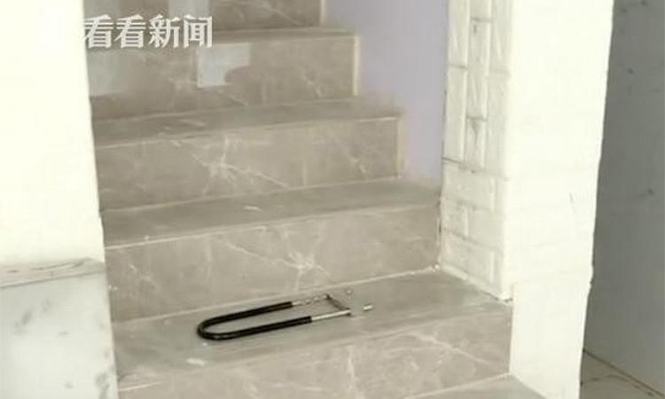 Cầu thang dẫn xuống căn hầm của gia đình Ding. Ảnh: SCMP.
