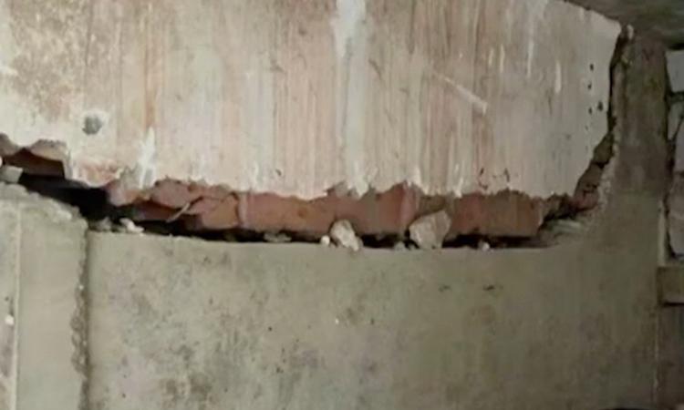 Vết nứt xuất hiện trên tường khu nhà chung cư nơi Ding ở. Ảnh: SCMP.