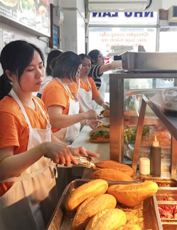 Du học sinh Việt làm thêm ở tiệm bánh mì Như Lan vùng Footscray, Melbourne. Ảnh: Thoại Giang