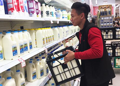 Du học sinh Việt làm thêm ở siêu thị Coles vùng Yarraville, Melbourne. Ảnh: Thoại Giang