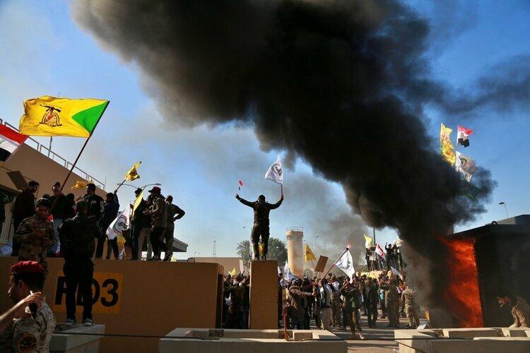 Người biểu tình bao vây trụ sở đại sứ quán Mỹ ở Baghdad, Iraq hôm nay. Ảnh: AP.