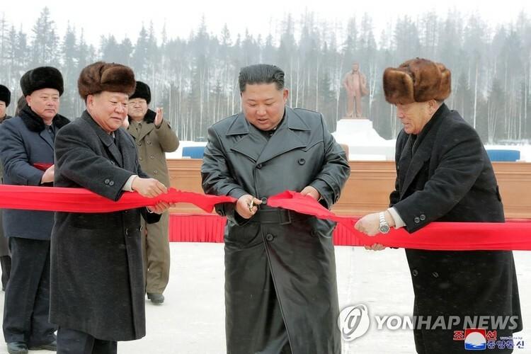 Lãnh đạo Kim Yong-un cắt băng khánh thành thị trấn Samjiyon ở núi Paekdu, miền bắc Triều Tiên hôm 2/12. Ảnh: KCNA/Yonhap.