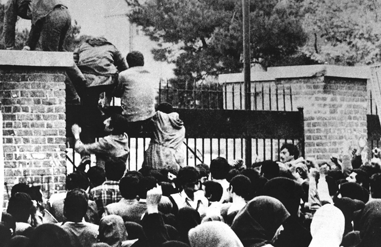 Sinh viên Iran xông vào đại sứ quán Mỹ tại Tehran tháng 11/1979. Ảnh: AFP.