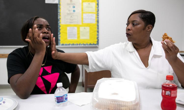 Malishia Booker (phải) lau nước mắt cho con gái Jessicah tại nhà tù ở Texas. NY Times.