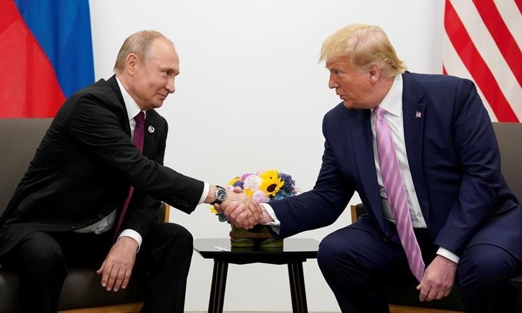 Tổng thống Nga Vladimir Putin (trái) và Tổng thống Mỹ Donald Trump gặp mặt bên lề hội nghị thượng đỉnh G20 ở Osaka, Nhật Bản, hồi cuối tháng 6. Ảnh: Reuters.